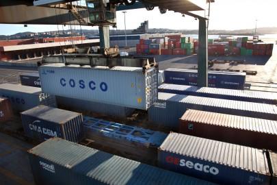 Carga de trenes de contenedores en vía de servicio