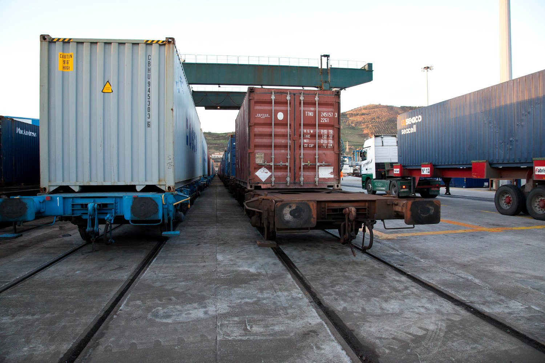 Camión esperando en terminal del Puerto de Bilbao